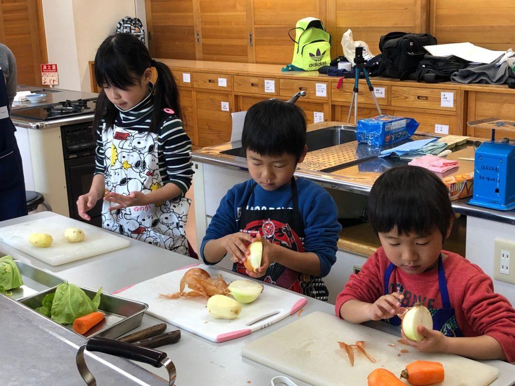 野菜を切っている子どもたち
